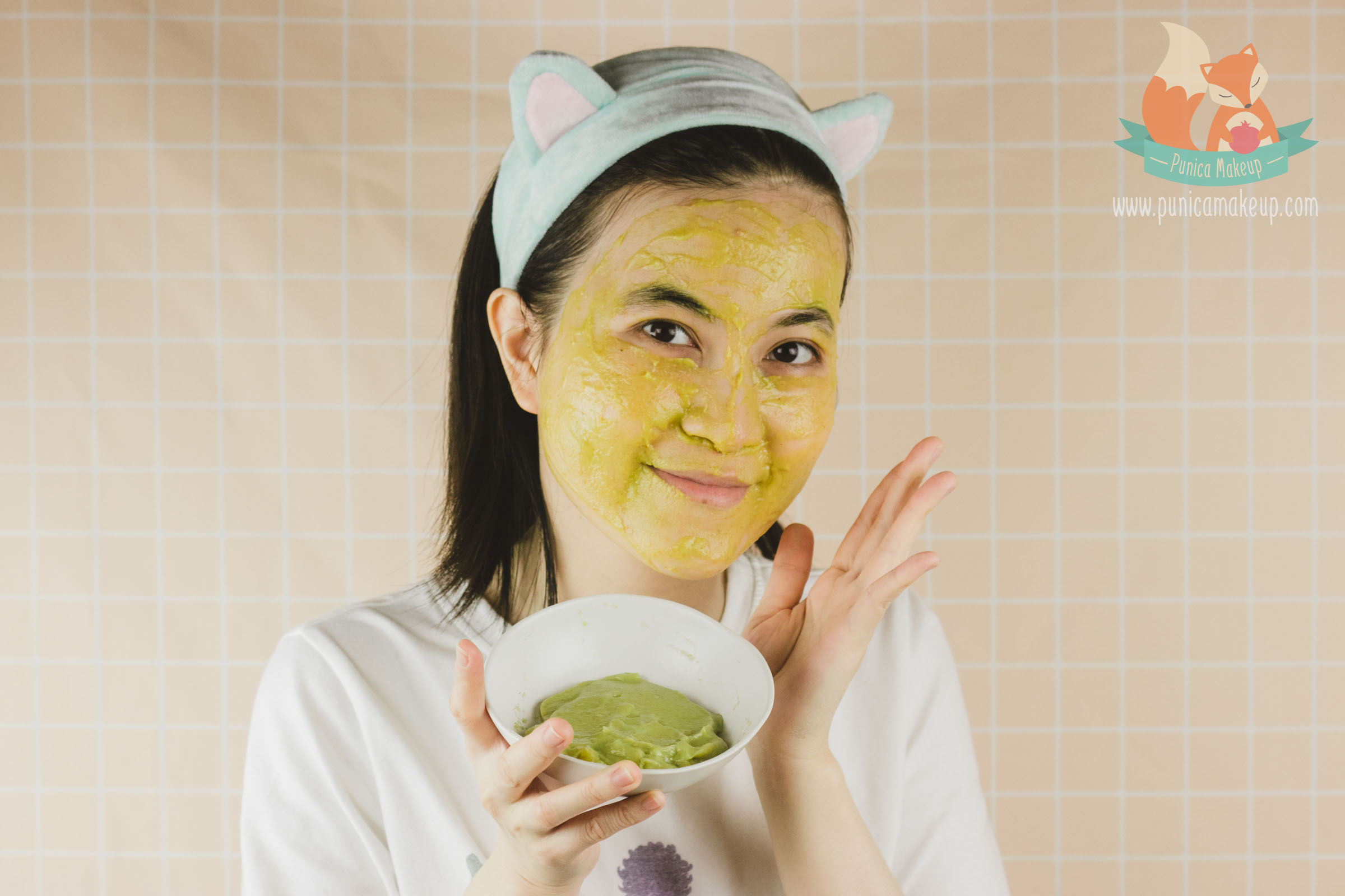 apply avocado jojoba oil and manuka face mask on skin